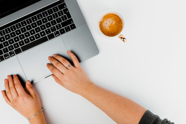 Femme travaillant sur un ordinateur Photo gratuit