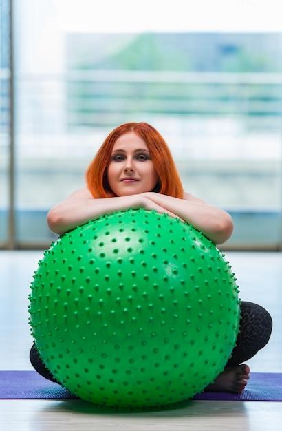 Femme travaillant avec swiss ball en studio Photo Premium