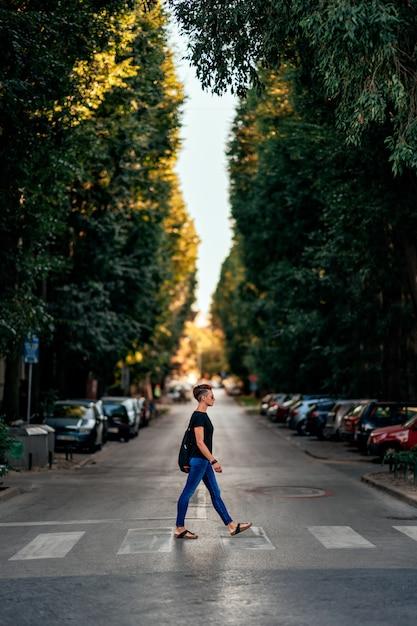 Femme traversant la rue au passage pour piétons Photo Premium