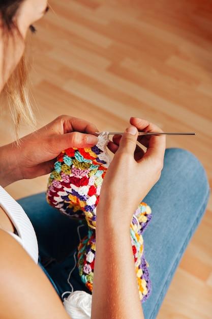 Femme à Tricoter à L'aiguille Photo gratuit