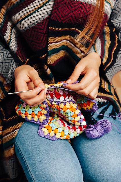 Femme à Tricoter Photo gratuit