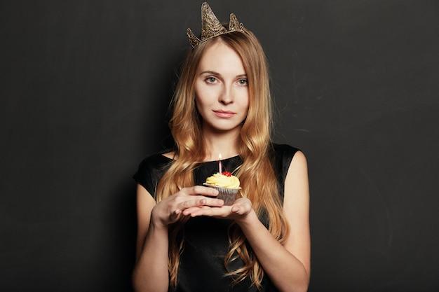 Femme Triste, Avec Une Couronne, Tenant Un Gâteau D'anniversaire Photo gratuit