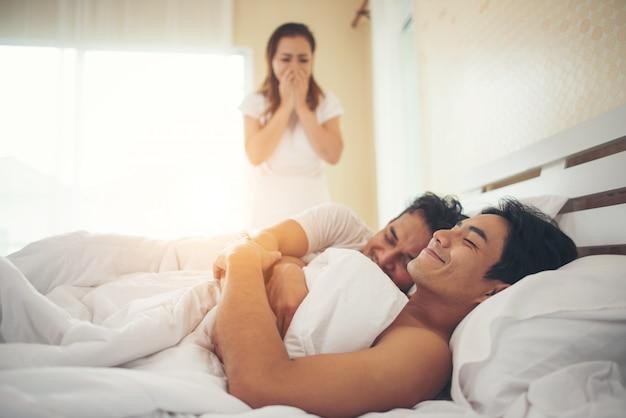 Femme a trouvé son mari au lit avec un autre gars, il est gay Photo gratuit