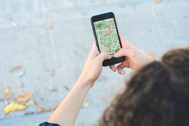 Femme utilisant l'application de navigation par carte gps avec itinéraire planifié Photo Premium
