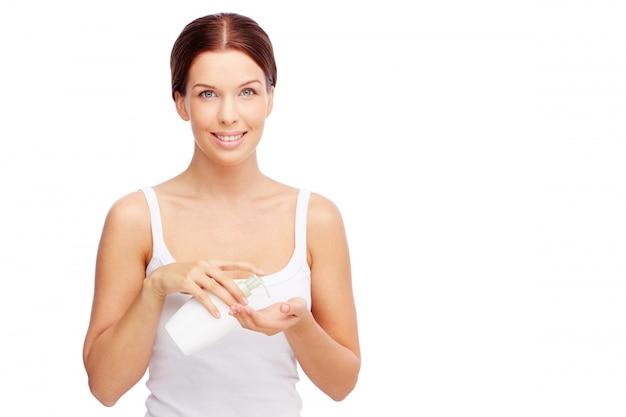 Femme utilisant du savon liquide Photo gratuit