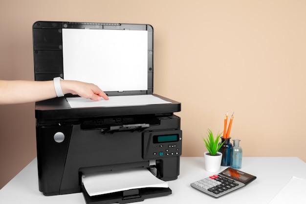 Femme utilisant l'imprimante pour numériser et imprimer des documents Photo Premium