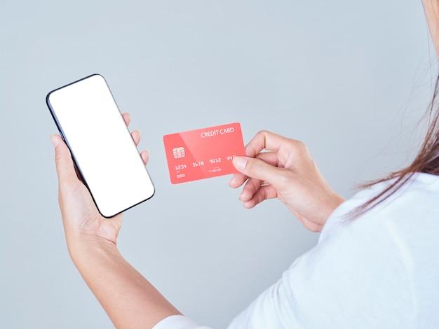 Femme Utilisant Un Smartphone Et Une Carte De Crédit Pour Les Achats En Ligne, Les Paiements Ou Les Chèques De Compte Bancaire. Photo Premium