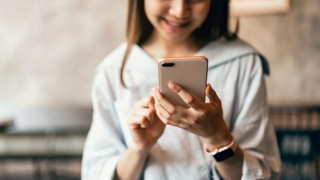 Femme utilisant un smartphone, pendant les loisirs. le concept d'utilisation du téléphone est essentiel dans la vie quotidienne. Photo Premium