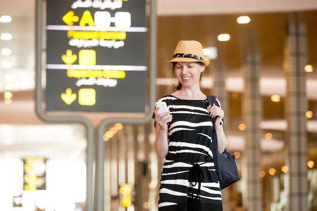 Femme, utilisation, mobile, téléphone, aéroport Photo gratuit