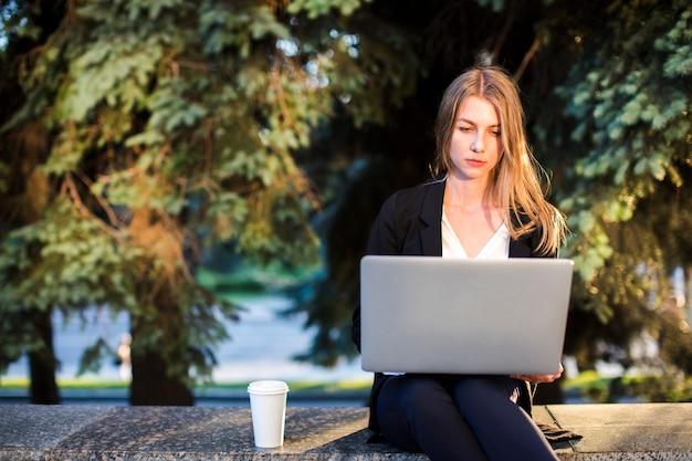 Femme, utilisation, ordinateur portable, vue frontale Photo gratuit