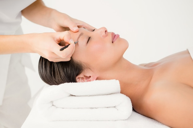 Femme, utilisation, pincettes, sourcil patient Photo Premium