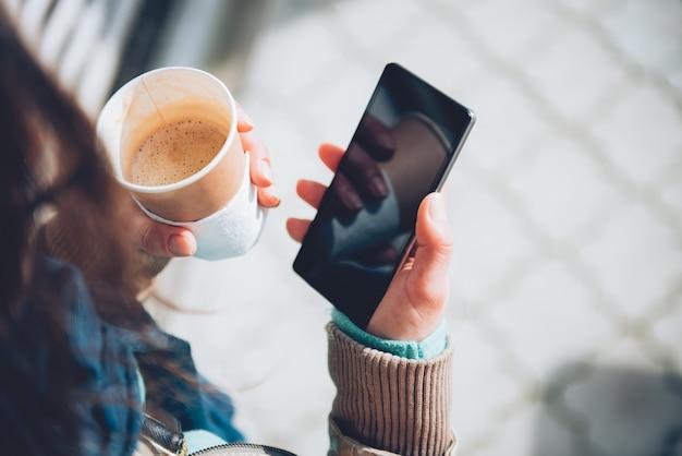 Femme, utilisation, smartphone, tenue, café Photo Premium
