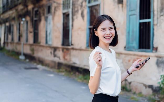 Femme, utilisation, smartphone Photo Premium