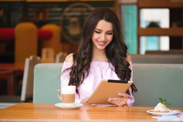 Femme, Utilisation, Tablette, Café, Magasin Photo Premium