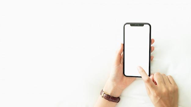 Femme, utilisation, vide, écran, smartphone, salle, pendant, temps libre Photo Premium