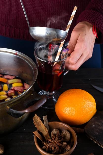 Femme versant du vin chaud Photo Premium