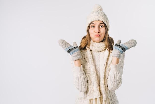 Femme, vêtements chauds, joues bouffantes Photo gratuit