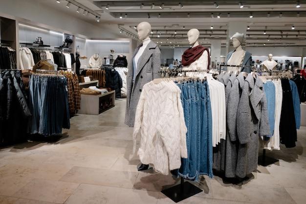 Femme vêtements décontractés dans le magasin du centre commercial, collection automne et hiver Photo Premium