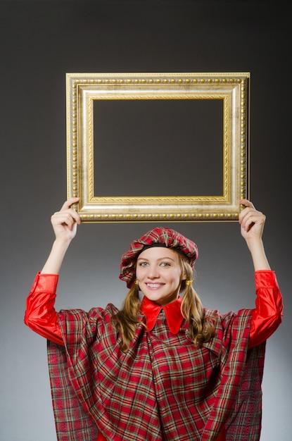 Femme en vêtements écossais dans le concept de l'art Photo Premium