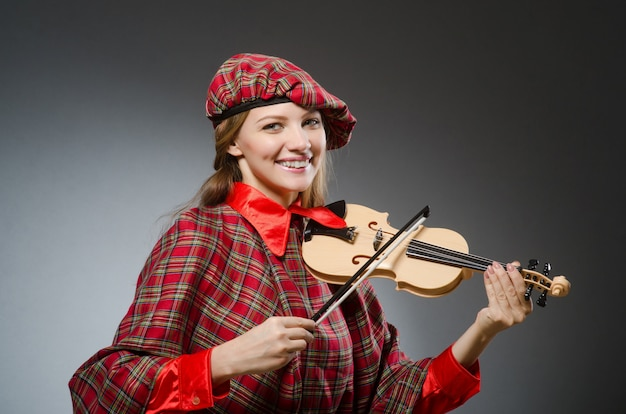 La femme en vêtements écossais dans le concept musical Photo Premium