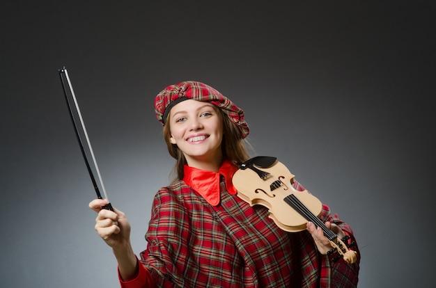 Femme en vêtements écossais dans le concept musical Photo Premium