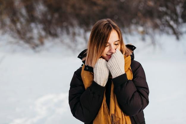 Femme, vêtements hiver, réchauffer mains Photo gratuit
