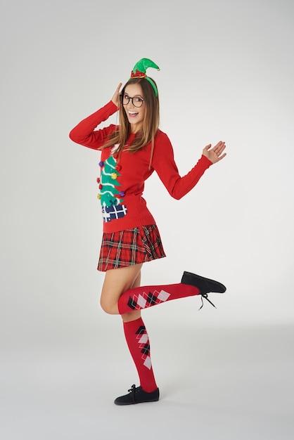Femme En Vêtements De Noël Sur Mur Gris Photo gratuit