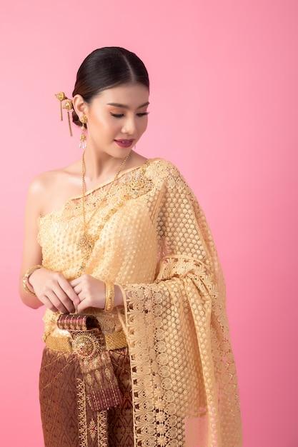 Une femme vêtue d'une ancienne robe thaïlandaise Photo gratuit