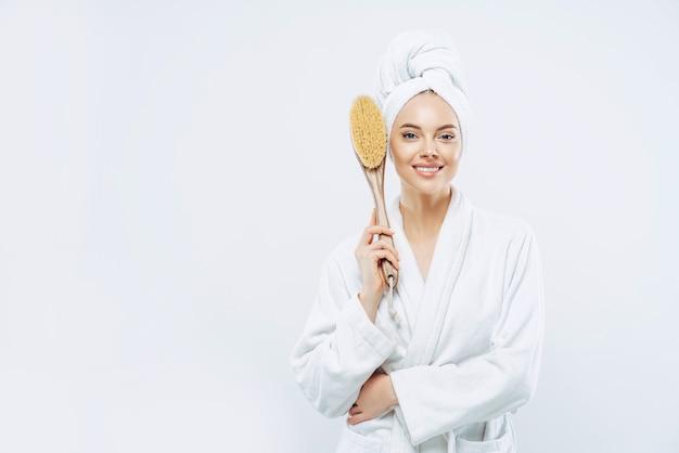 Femme Vêtue De Peignoir Détient Une Brosse De Massage Anticellulite Photo Premium
