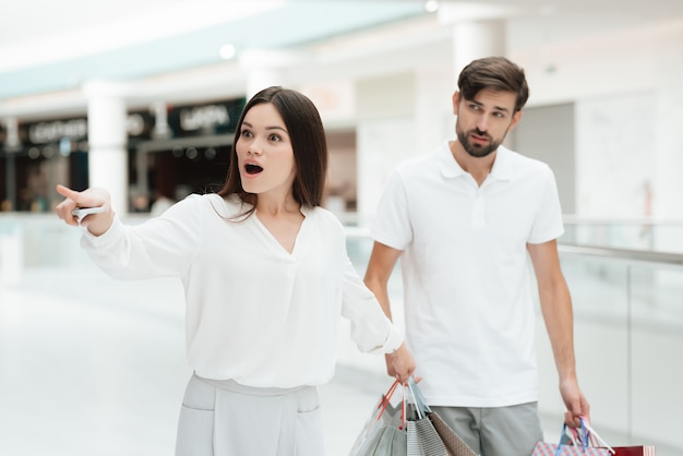 La femme veut aller au nouveau magasin mais l'homme est fatigué. Photo Premium
