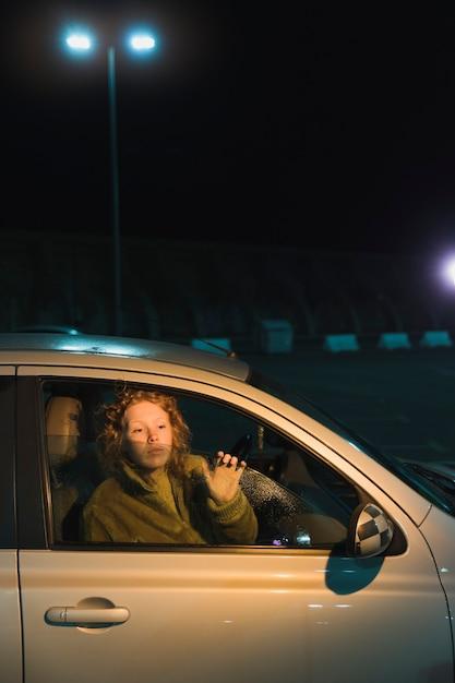 Femme en voiture à nicht Photo gratuit