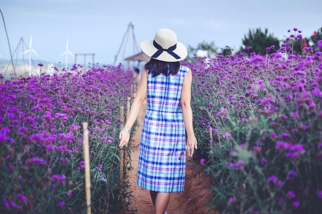 Femme De Voyage Avec Fleur Pourpre Photo Premium