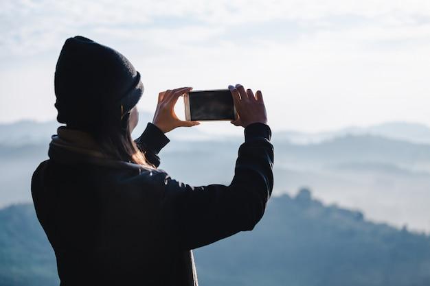 Femme de voyage en hiver Photo Premium