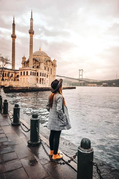 Femme Voyageant à Istanbul Ortakoy Mosquel, Turquie Photo Premium