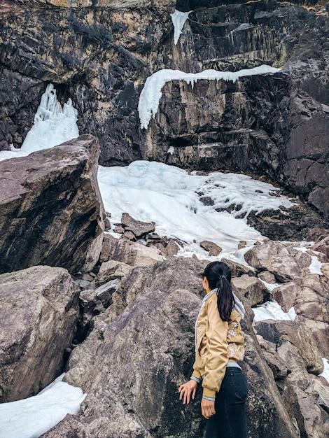 Femme de voyageur de liberté. une touriste, admirant les montagnes, marchant dans les montagnes Photo Premium