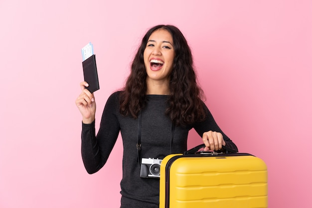 Femme De Voyageur Avec Une Valise Photo Premium