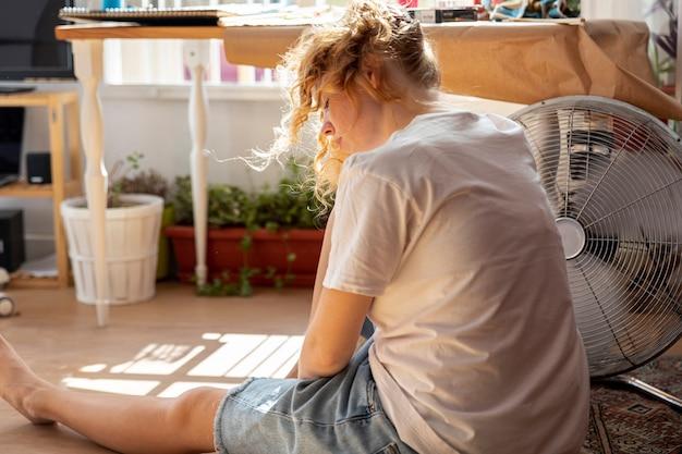 Femme vue côté avec air conditionné Photo gratuit