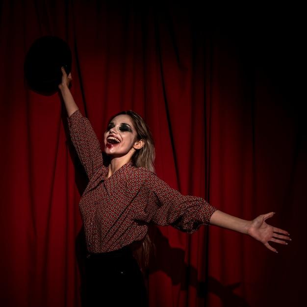 Femme vue côté habillé comme un clown être heureux Photo gratuit