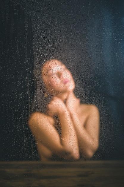 Femme vue de face, posant les yeux fermés Photo gratuit