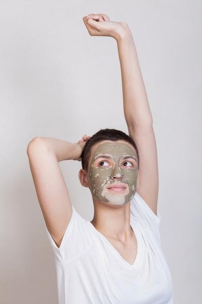 Femme vue de face en prenant soin de sa peau Photo gratuit