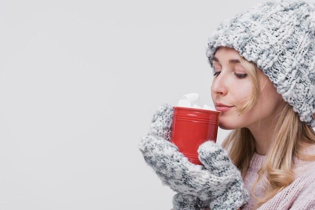 Femme Vue De Face Avec Une Tasse Rouge Photo gratuit