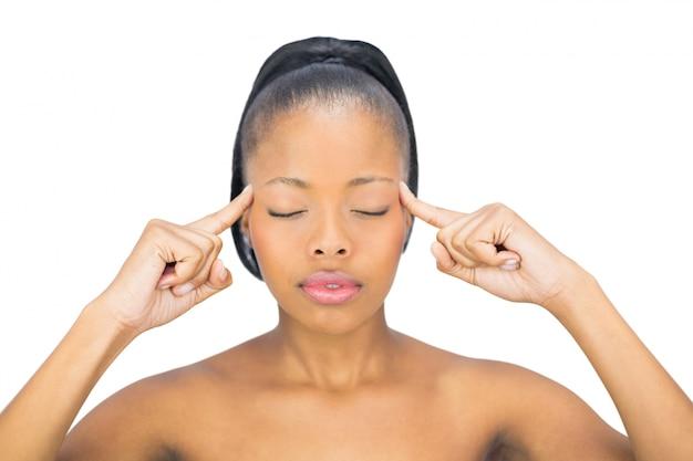 Femme avec les yeux fermés pointant sur sa tête Photo Premium