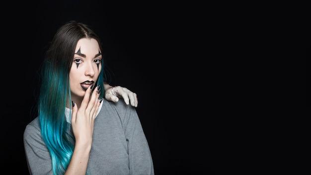 Femme avec zombie main sur l'épaule Photo gratuit