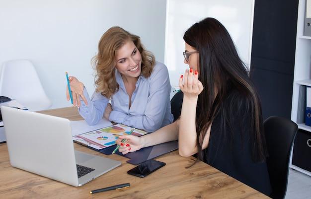 Femmes D'affaires Au Bureau Travaillant Ensemble Sur Ordinateur Portable, Concept De Travail D'équipe Photo Premium