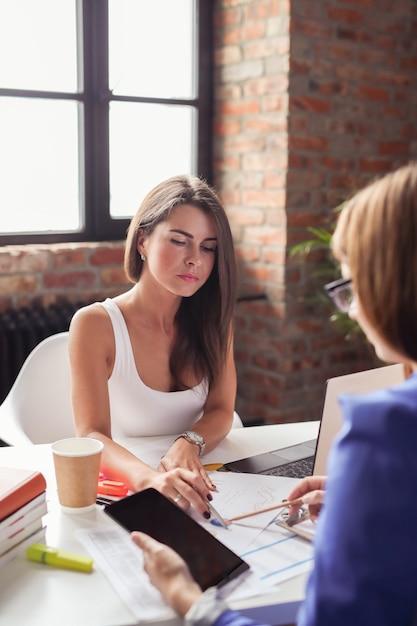 Femmes D'affaires Lors D'une Réunion Au Bureau Photo gratuit