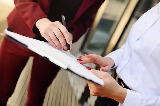 Les Femmes D'affaires Signent Un Contrat Ou Des Documents Photo Premium
