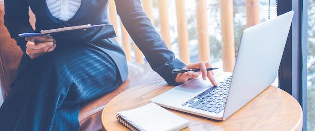 Les femmes d'affaires travaillent à l'aide d'un ordinateur au bureau. Photo Premium