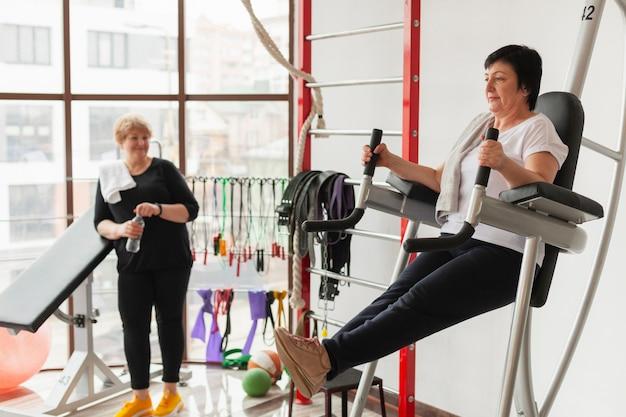 Femmes âgées Au Grand Angle Au Gymnase Photo gratuit