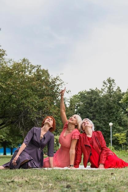 Femmes âgées célébrant l'amitié dans le parc Photo gratuit
