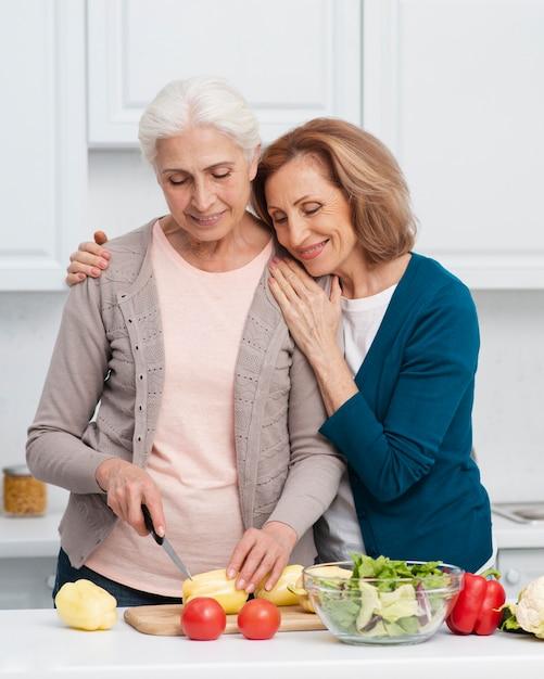 Femmes âgées coupant des légumes Photo gratuit